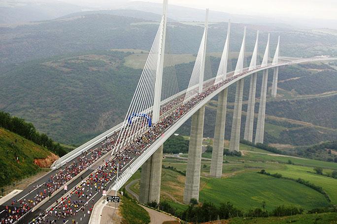 most-koji-je-visi-od-Ajfelovog-tornja-1