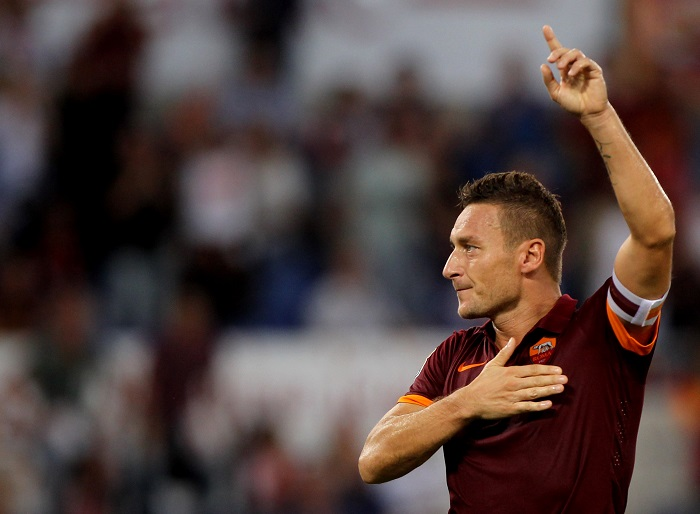 ROME, ITALY - OCTOBER 18: Francesco Totti of AS Roma celebrates after scoring the third team's goal from penalty spot during the Serie A match between AS Roma and AC Chievo Verona at Stadio Olimpico on October 18, 2014 in Rome, Italy. (Photo by Paolo Bruno/Getty Images)